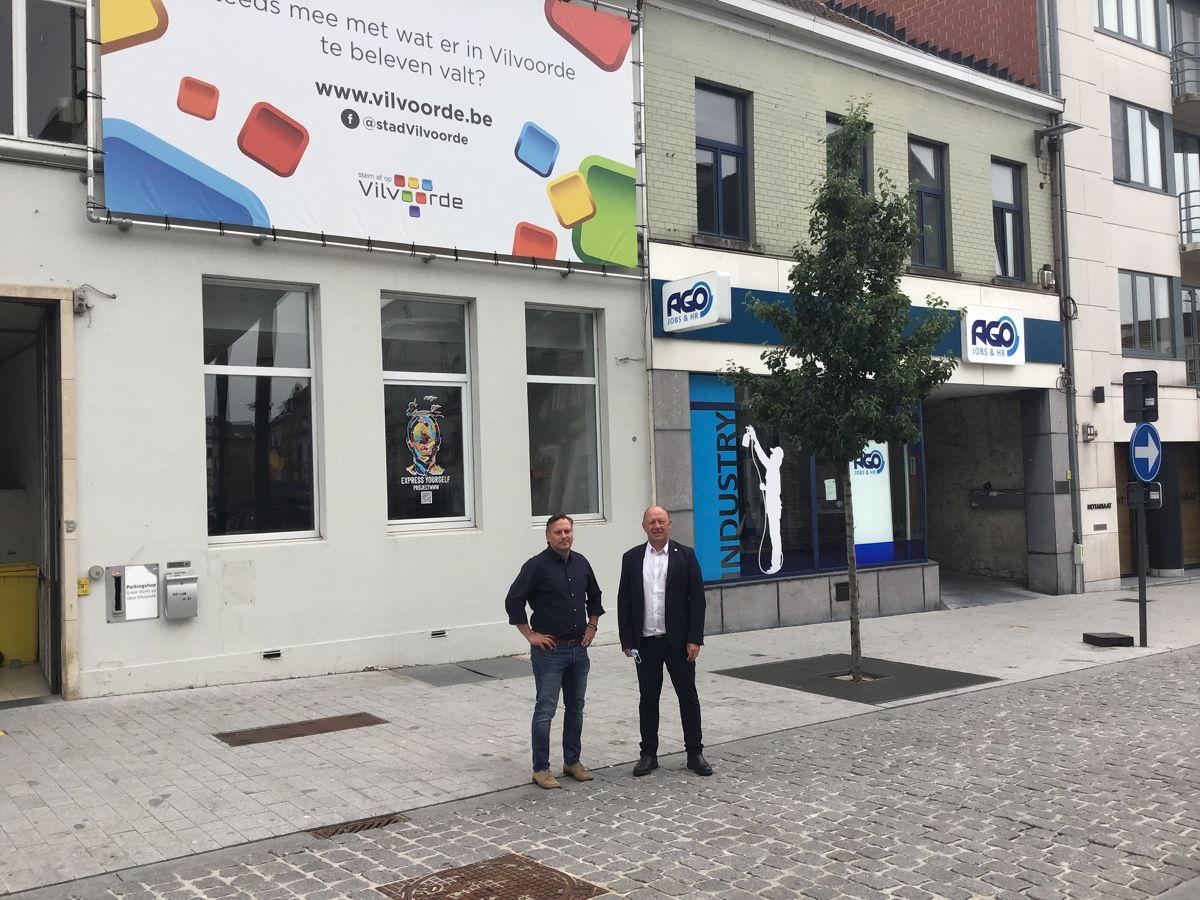 Gedeputeerde Gunther Coppens en burgemeester Hans Bonte op de plaats waar volgend jaar een kernversterkend project komt