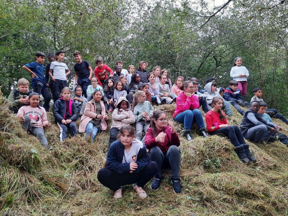 Leerlingen maken kennis met de natuur door werken uit te voeren in een natuurgebied