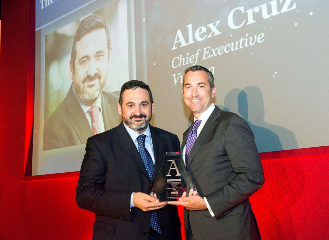 Vueling CEO en bestuursvoorzitter Alex Cruz neemt de 'Airline Business Award 2015' in ontvangst