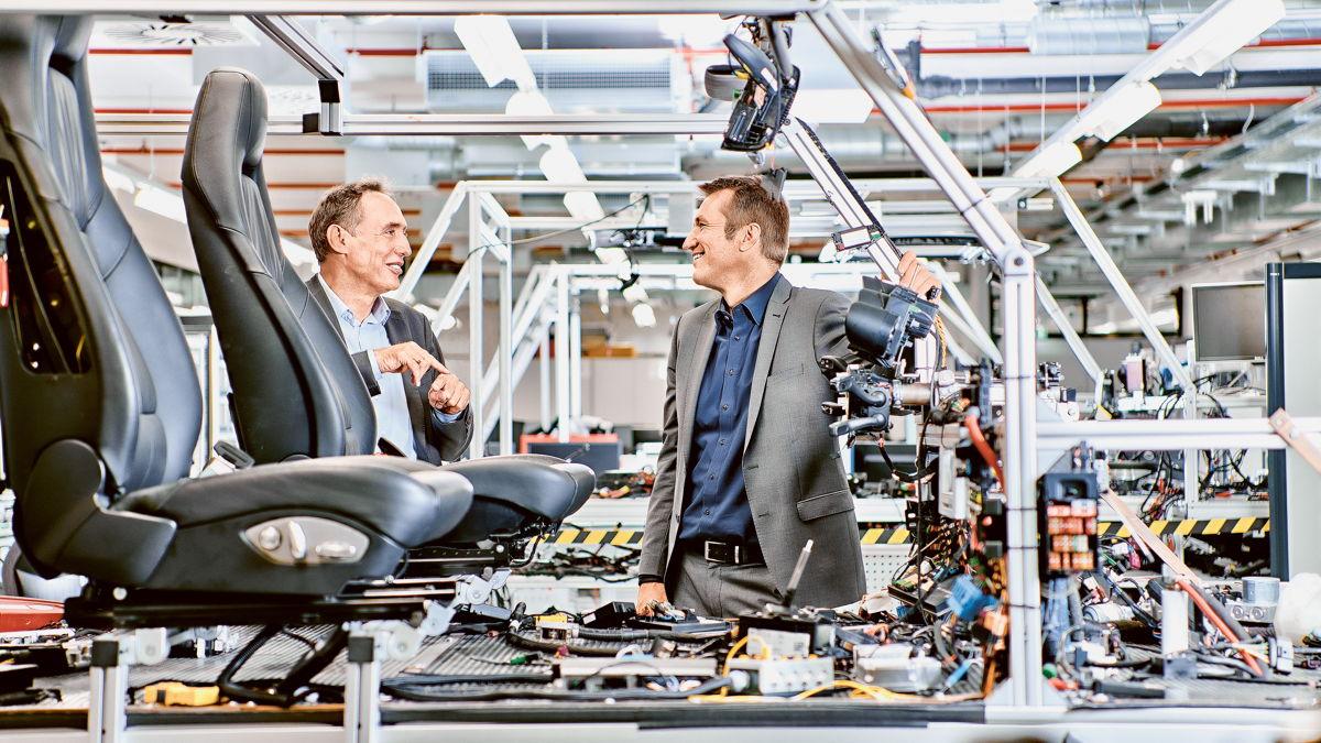 Dirk Lappe y Oliver Seifert, en el Centro de Integración Eléctrica de Porsche en Weissach.