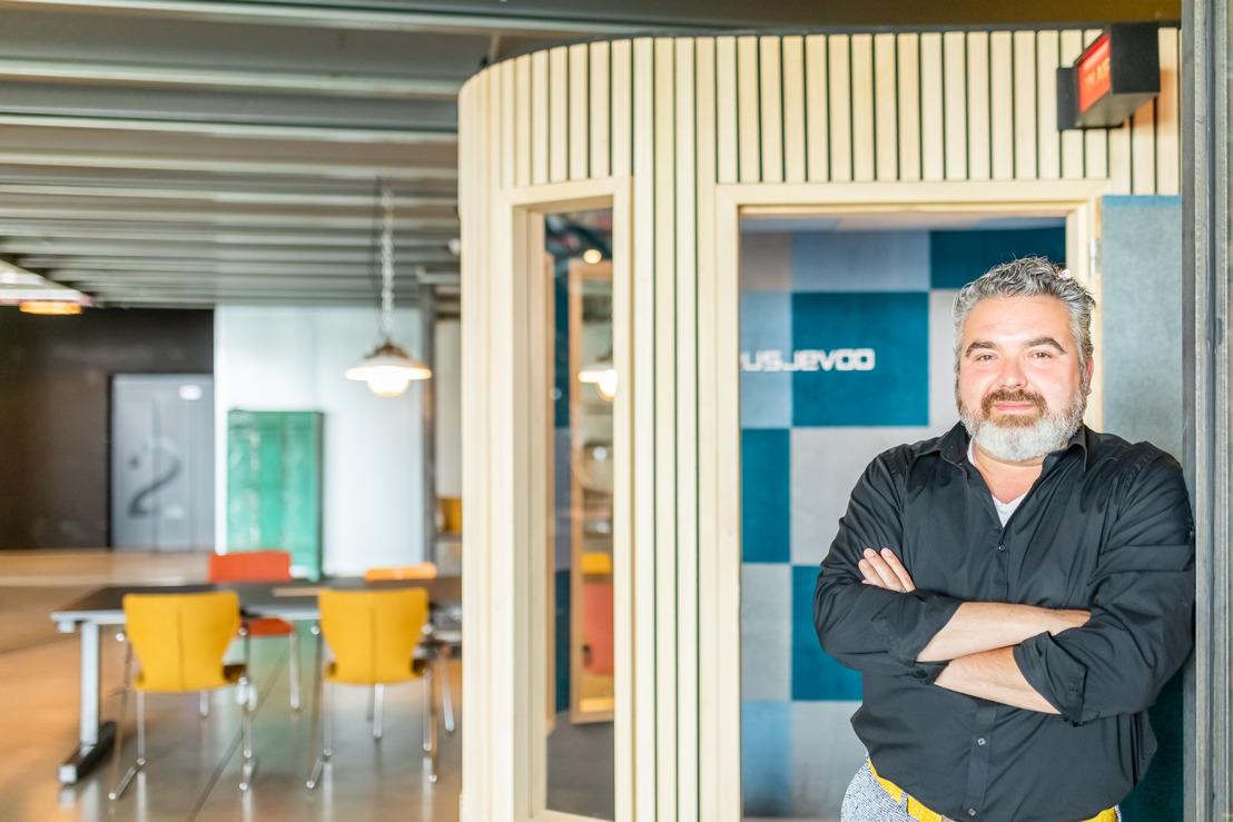 Decorbouwer Deusjevoo dropt allerkleinste tv-studio ter wereld