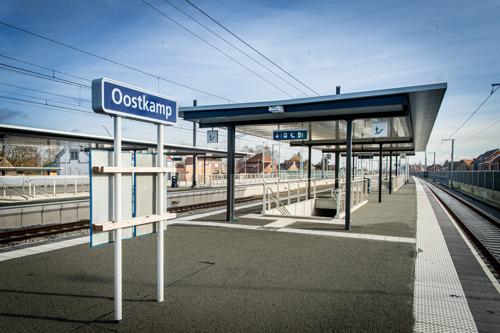 Laatste tunnel onder sporen geschoven in Hansbeke en station Oostkamp in nieuw jasje