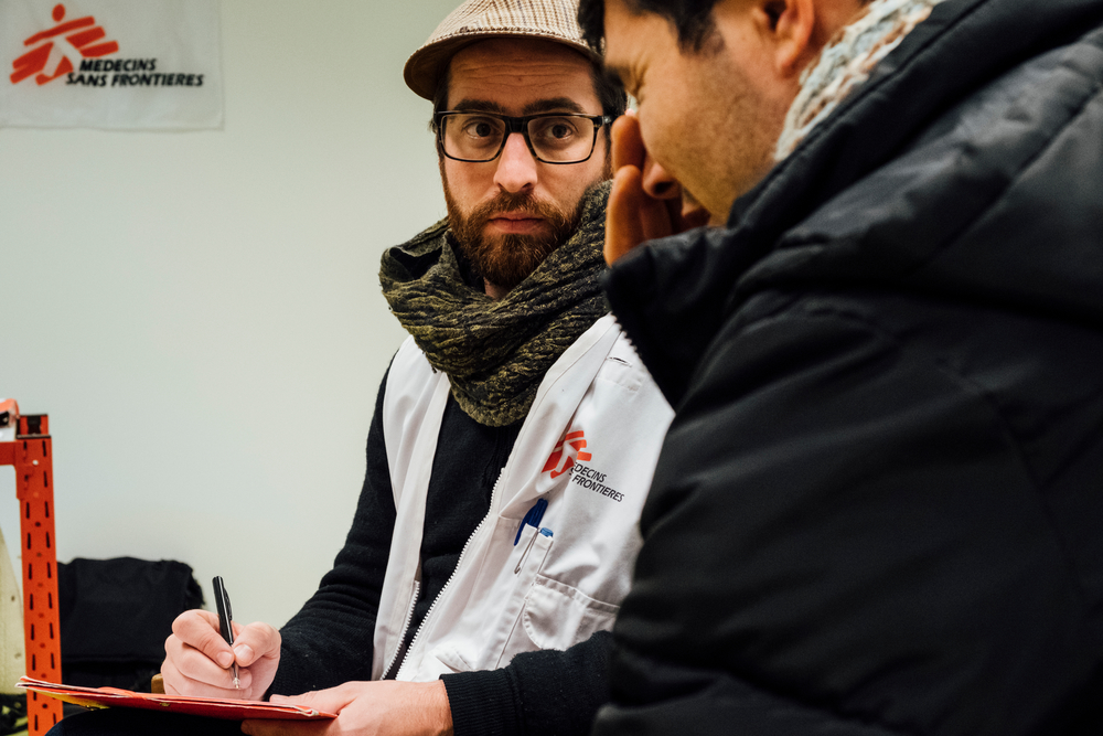 Xavier Guillemin, psychologue MSF, en discussion avec Mohammad, migrant afghan. © Bruno de Cock/ MSF