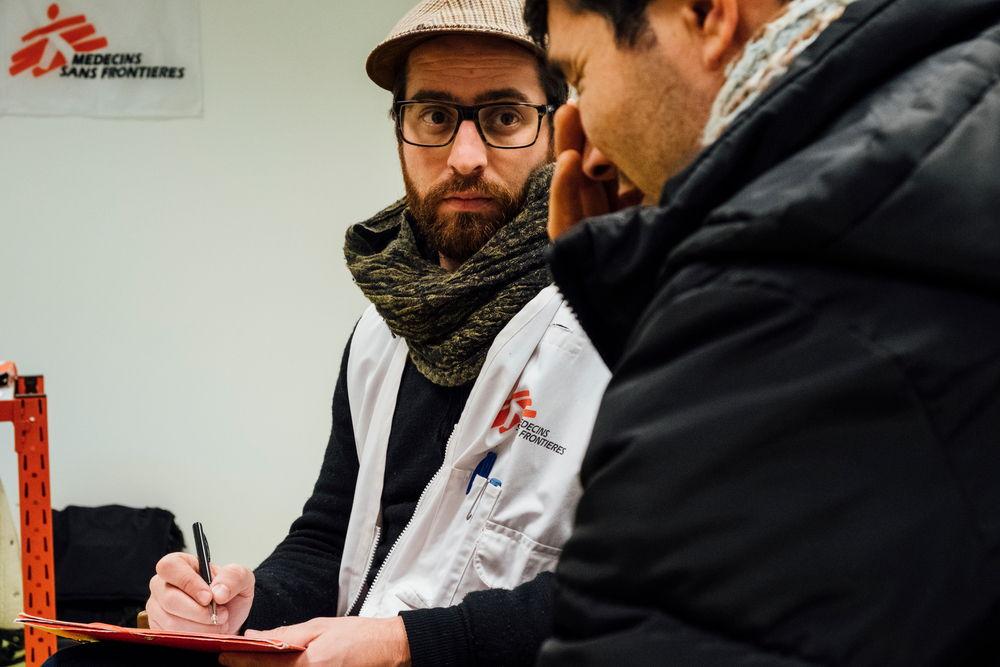 Xavier Guillemin, psycholoog bij Artsen Zonder Grenzen, in gesprek met Mohammad, Afghaanse migrant. © Bruno de Cock/AZG
