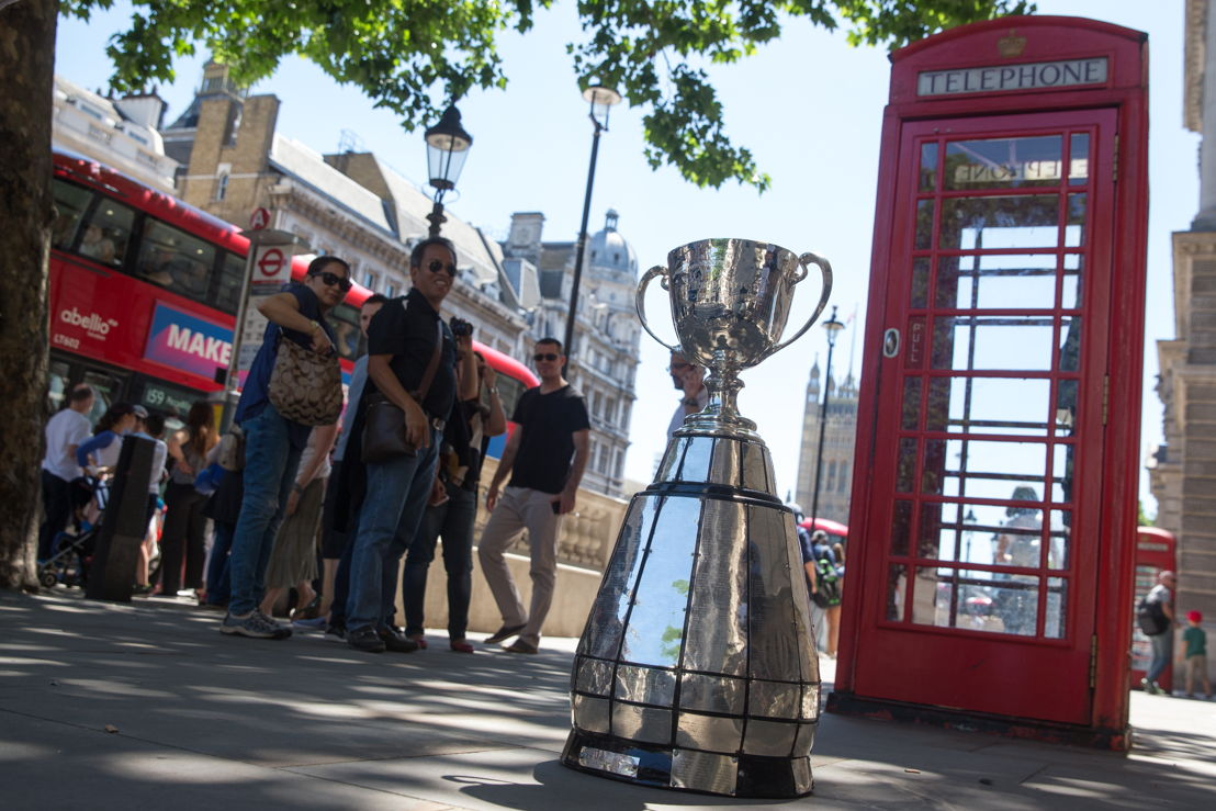 La Coupe Grey Cup devant l'iconique boite téléphonique rouge en arrière-plan. Photo: Jim Ross/LCF.