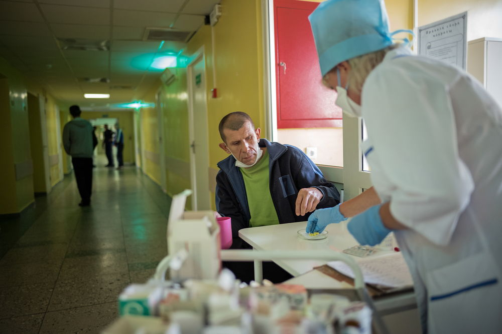 Dmitry lleva en el Instituto de Tuberculosis de Minsk, Bielorrusia, siete meses. Todos los días toma sus pastillas y recibe inyecciones lunes, miércoles y viernes. © Viviane Dalles.
