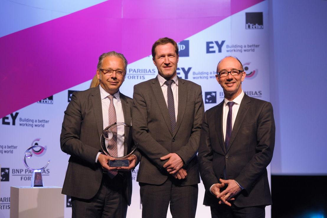 Jean-Paul Philippot van RTBF ontvangt de award 'Overheidsorganisatie van het Jaar 2015 - Regionaal Wallonië en de Federatie Wallonië-Brussel' van Rudy Demotte en Paul Magnette