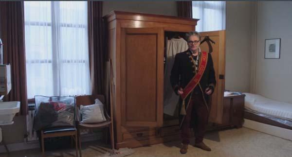 Marcel neust rond in een dekenij (c) VRT