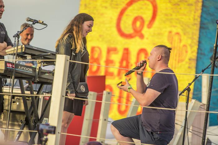 Qmusic-luisteraar Samantha wordt verrast met huwelijksaanzoek tijdens Sunset Concert van Laura Tesoro