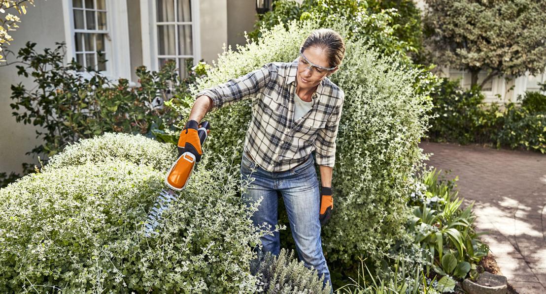 Des arbustes et des bordures impeccables grâce à la nouvelle cisaille à gazon et taille-buisson de STIHL