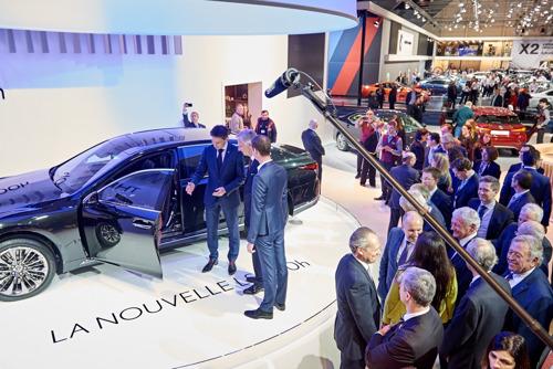 Koning Filip ontdekt de gloednieuwe Lexus LS 500h op het 96e autosalon in Brussel