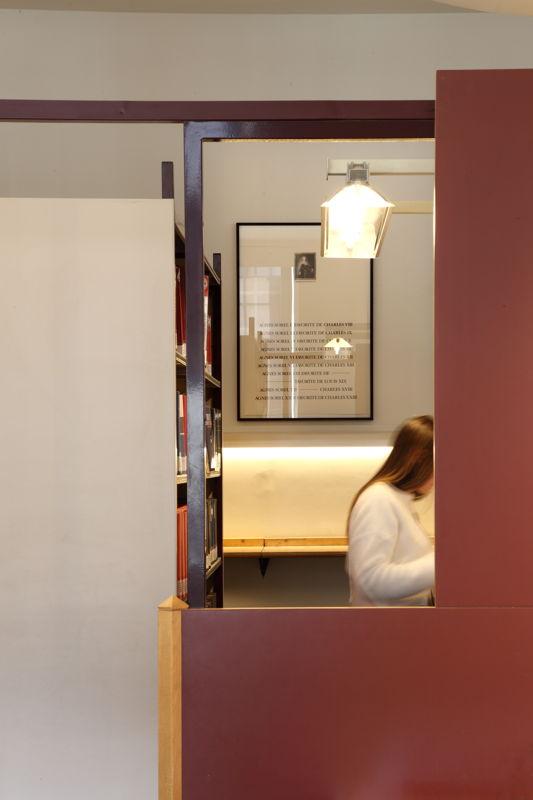 Installation view of the exhibition &#039;Entre nous quelque chose se passe...&#039; in the Library of the Faculty of Law, KU Leuven.<br/>Artist and work: Jan Vercruysse, Agnès Sorel ou les Avant-Gardes (1990)<br/>Photo © Dirk Pauwels