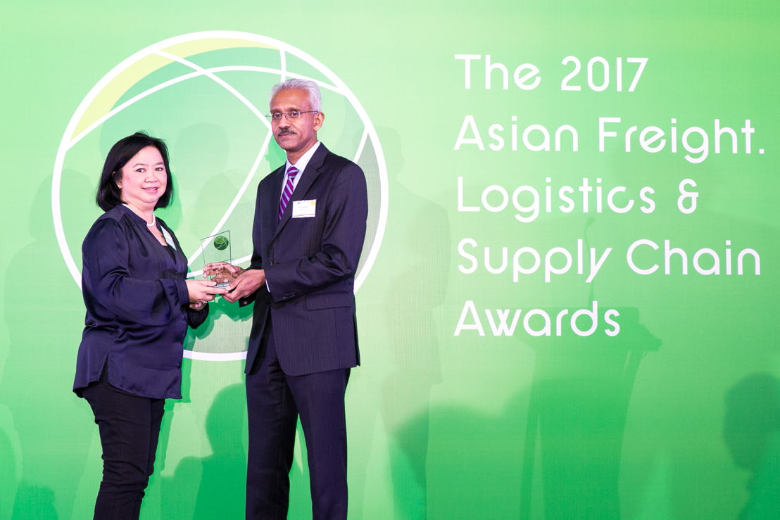 Noryate Abdul Rahman, Emirates Cargo Manager Singapore receiving the 2017 AFLAS award for Best Cargo Carrier- Middle East from Sachi Balla, Vice President, SATS Cargo