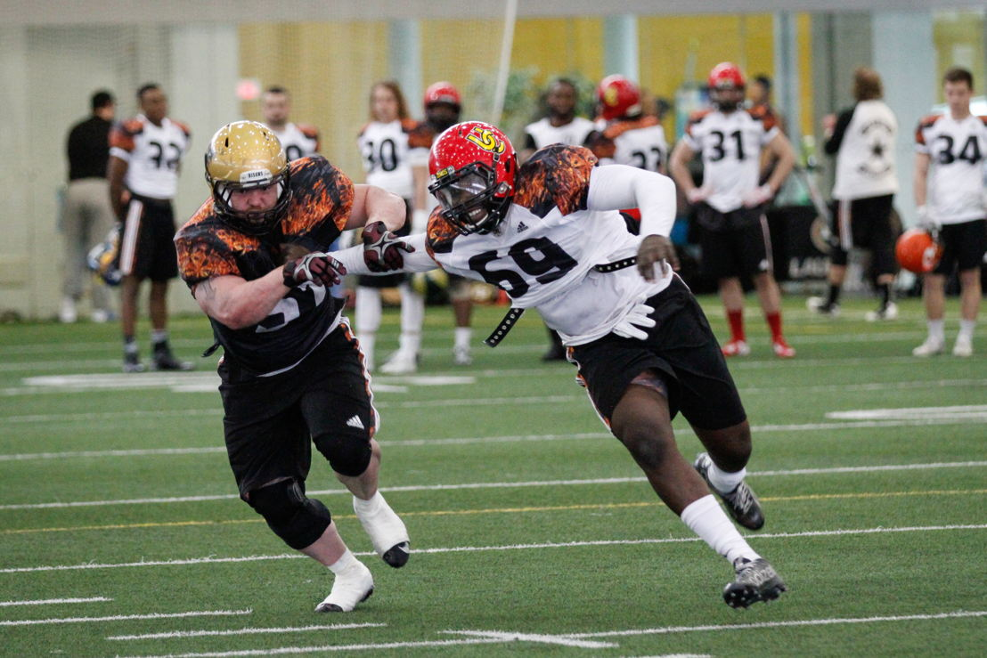 Alex Ogbongbemiga partipating in one-on-one drills. CFL/Anthony Houle