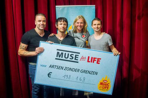 Muse overhandigt de cheque van 198.168 euro aan Artsen Zonder Grenzen<br/>(c) Studio Brussel / Jokko