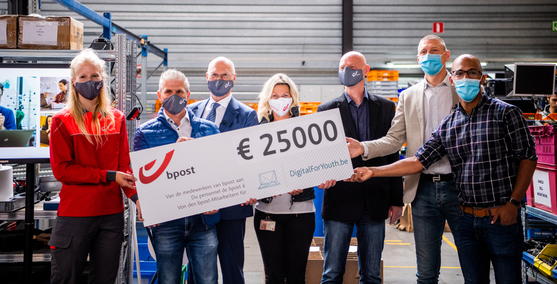 En faisant retentir un tonnerre d'applaudissements, le personnel de bpost group offre 25 000 euros à DigitalForYouth.be.
