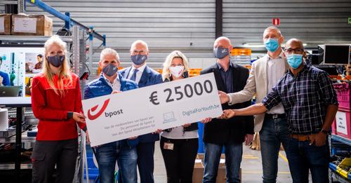 Het personeel van bpost group applaudisseert om 25 000 euro te schenken aan DigitalForYouth.be