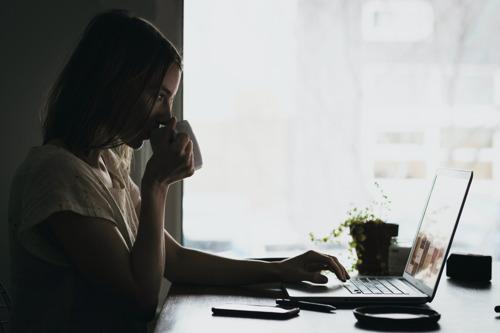 En 2020, les jours d'absence dus au chômage temporaire ont dépassé les jours d'arrêt maladie