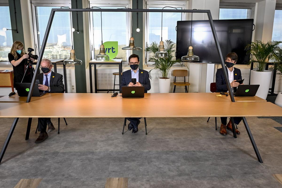 Chairman Luc Van den Brande, CEO Frederik Delaplace and Minister Benjamin Dalle digitally signing the management agreement (c) Belgaimage - Dirk Waem