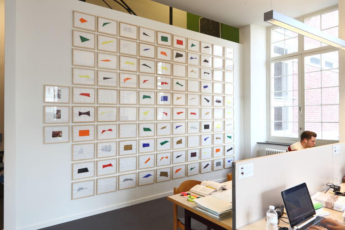 Installatiezicht &#039;Entre nous quelque chose se passe...&#039; in de Bibliotheek Faculteit Rechtsgeleerdheid KU Leuven. <br/>Kunstenaar en werk: Phillipe Van Snick, (0-9) Kleur, Indifférence orbitale (1979)<br/>Foto © Dirk Pauwels
