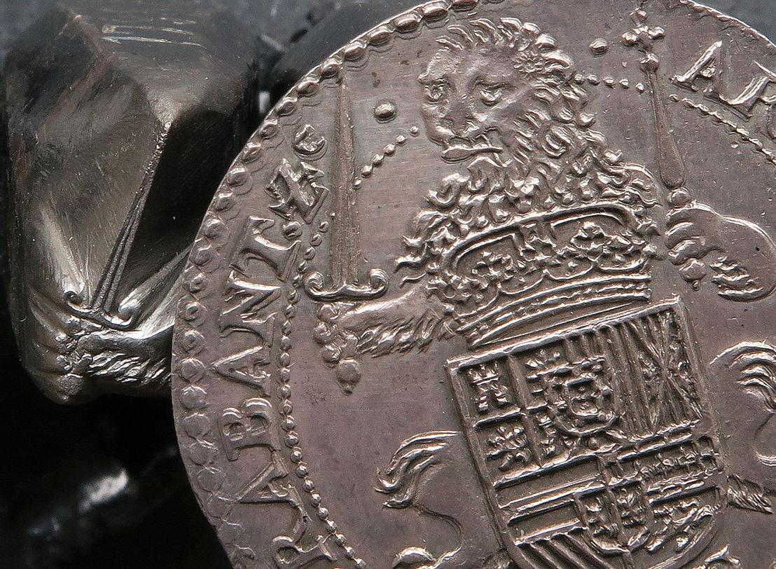 Filips IV (1621-1665), zilveren florijn uit Brussel en ponsoenstempeltje met leeuwenpoot en zwaard.