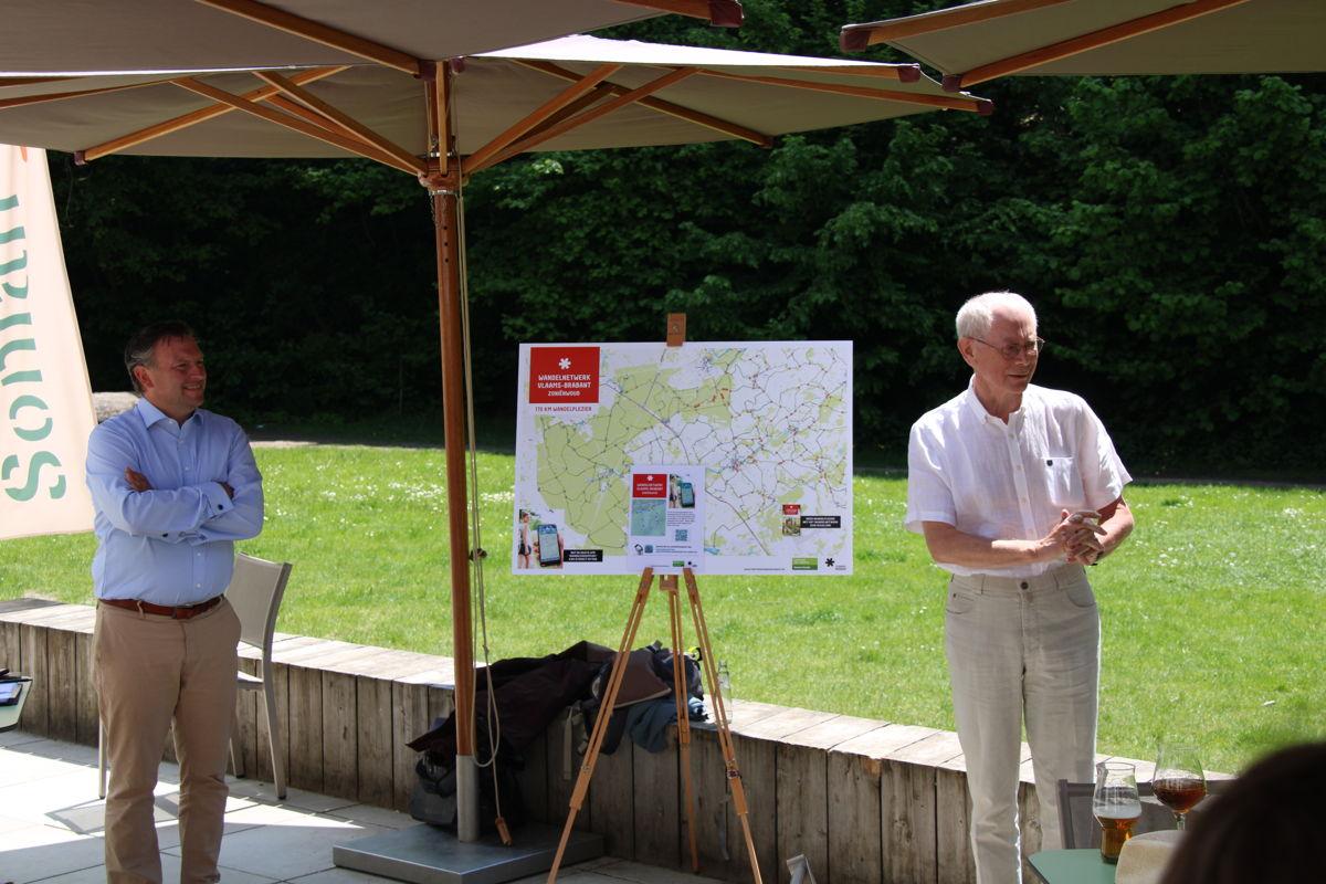 Gedeputeerde Gunther Coppens en Herman Van Rompuy, voorzitter van Stichting Zoniënwoud, stellen het nieuwe wandelnetwerk voor