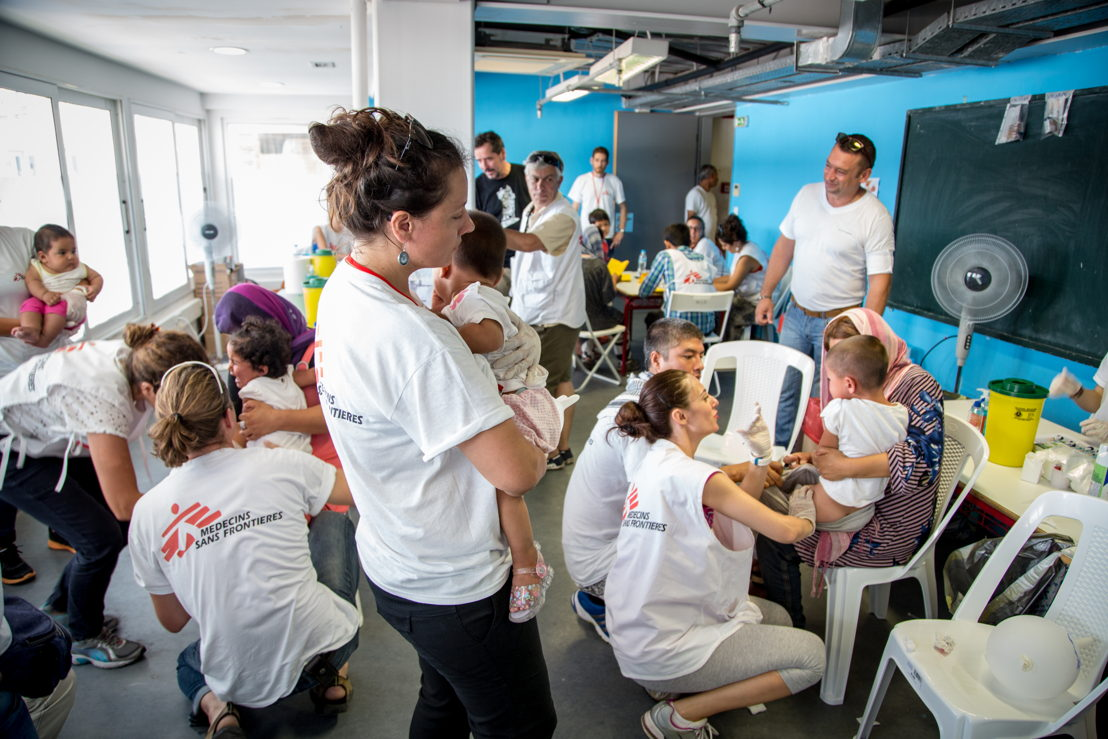 En juin et juillet 2016, MSF a mené des campagnes de vaccination dans différents camps de réfugiés en Grèce en ciblant plus de 4600 enfants de moins de 15 ans. Cette campagne avait pour but de protéger les enfants réfugiés contre un certain nombre de maladies dont la pneumonie. © Pierre-Yves Bernard/ MSF