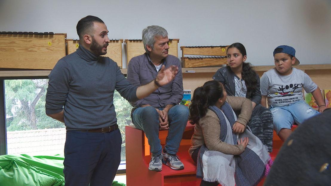 Aflevering 8: Jan met Montasser AlDe'emeh  op schoolbezoek - (c) Warner Bros ITVP België