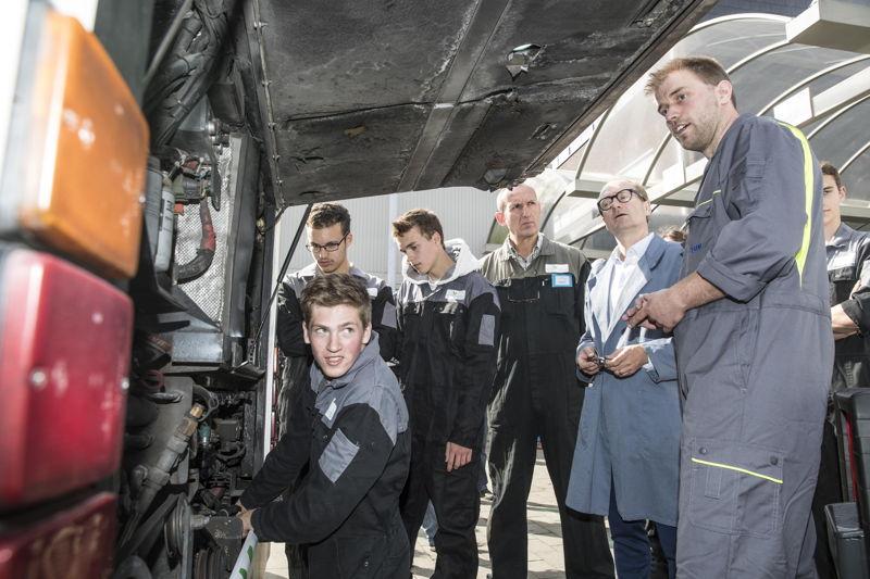 Leerlingen voeren onderhoud uit aan de motor