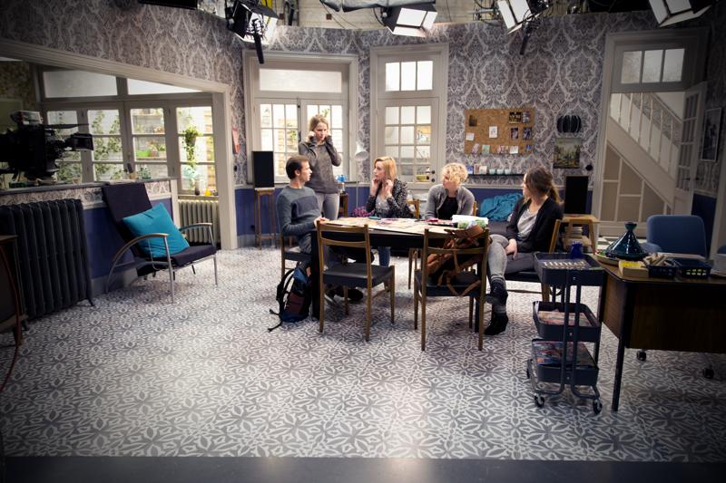 Joy Anna Thielemans en Moora Vander Veken op de set van THUIS samen met nieuwkomers Tine Priem, Ditte Jaspers en Michiel De Meyer (c) VRT