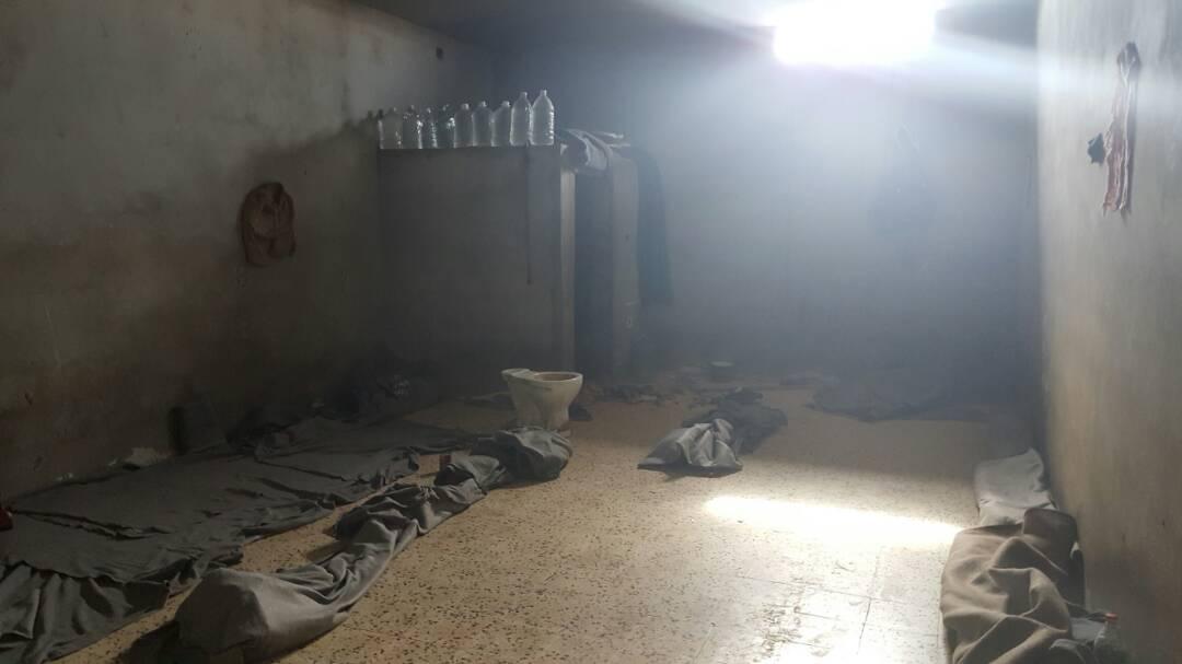 Dans cet espace, jusqu'à 70 personnes sont enfermées dans le centre de détention de Zuwara - 24 avril 2018 (c) MSF