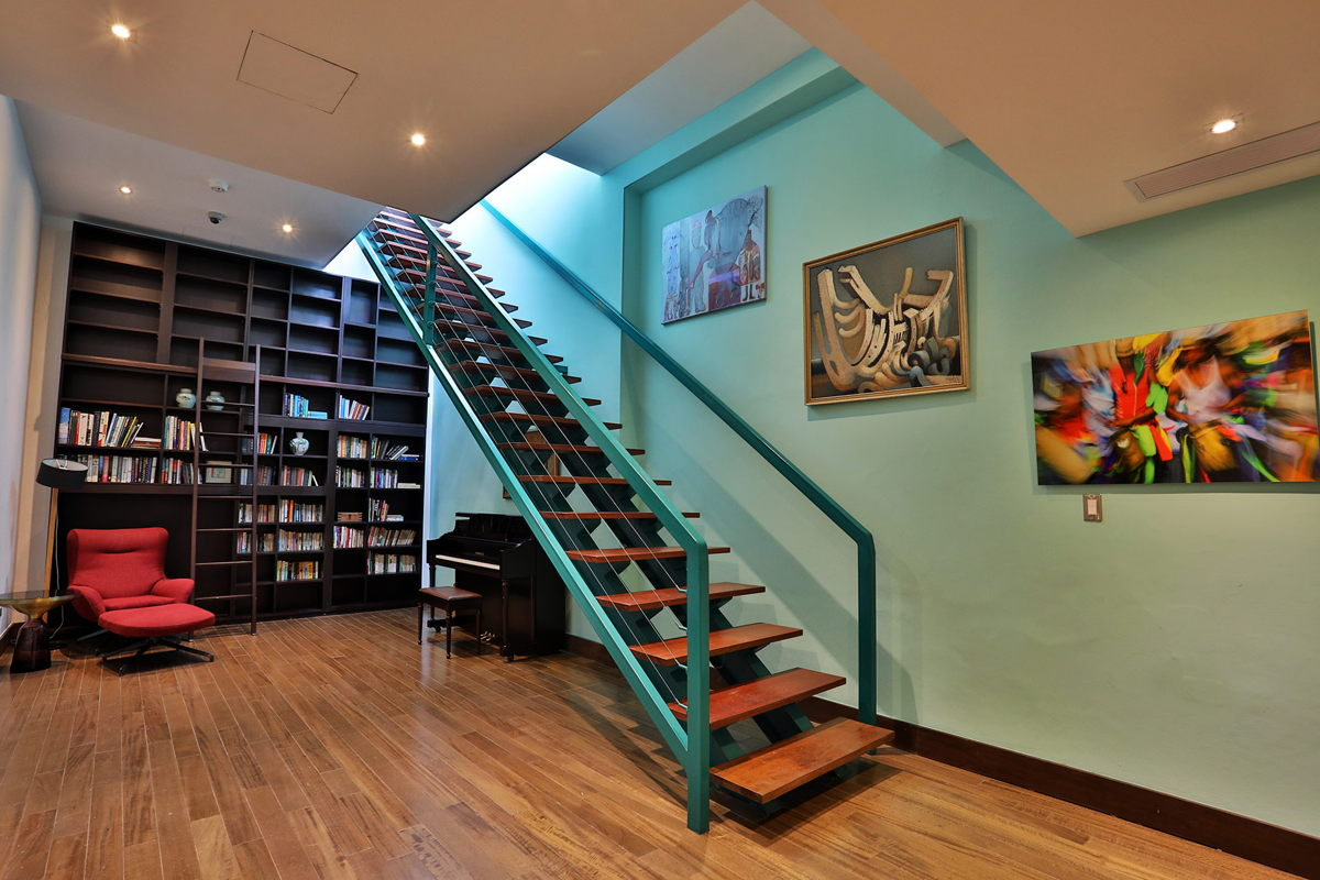 2nd floor hall staircase