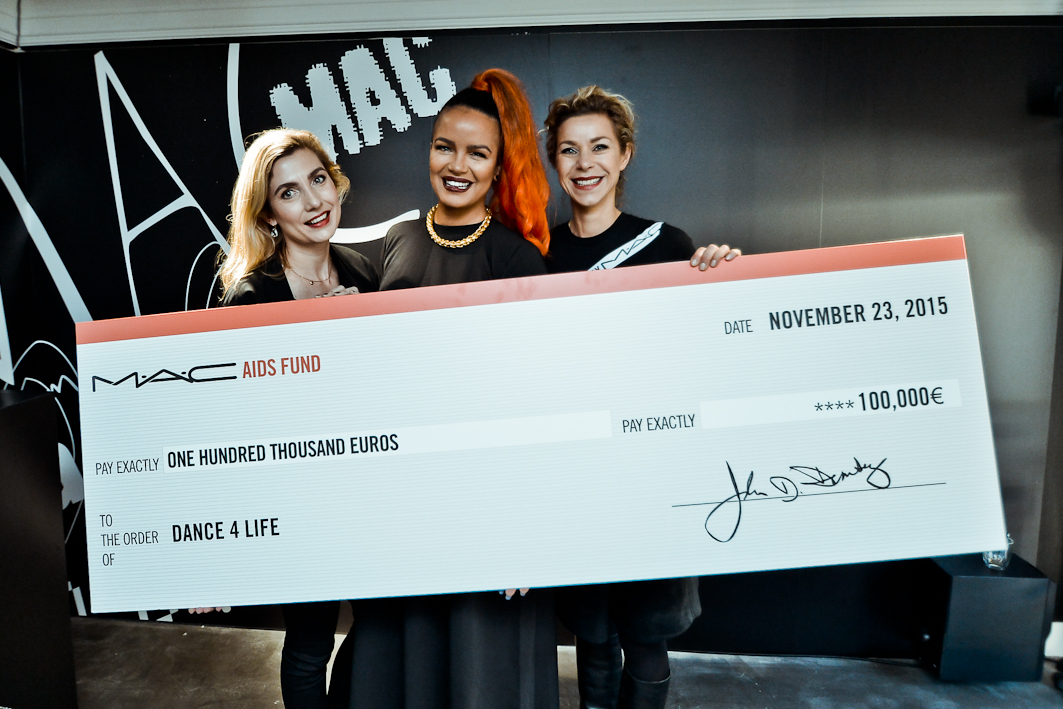 Cheque donatie M.A.C x dance4life