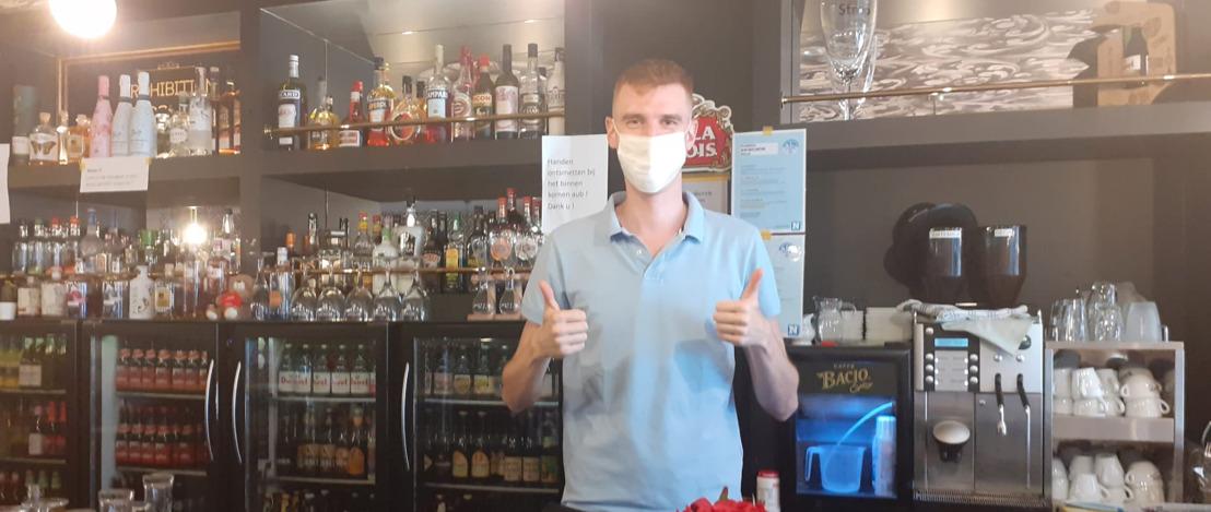 Eerste lading AB InBev mondmaskers rollen van de band in Lokeren