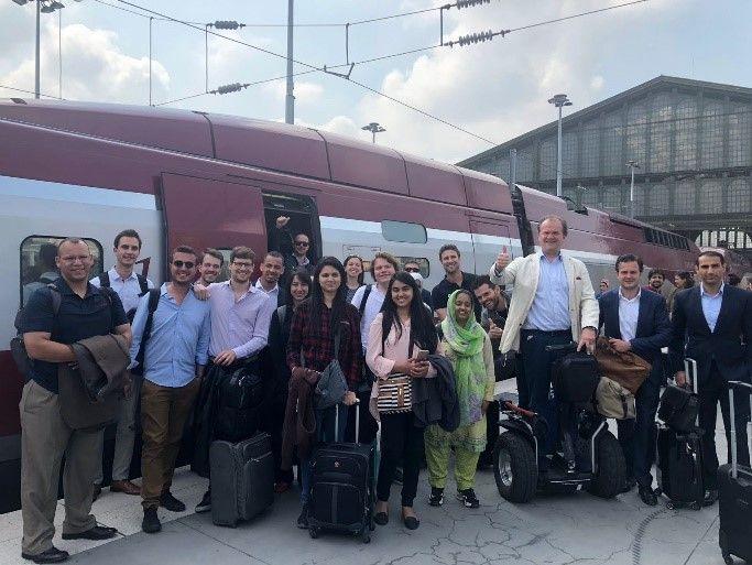Quelques-unes des startups posant ensemble sur le quai à leur arrivée à Paris.