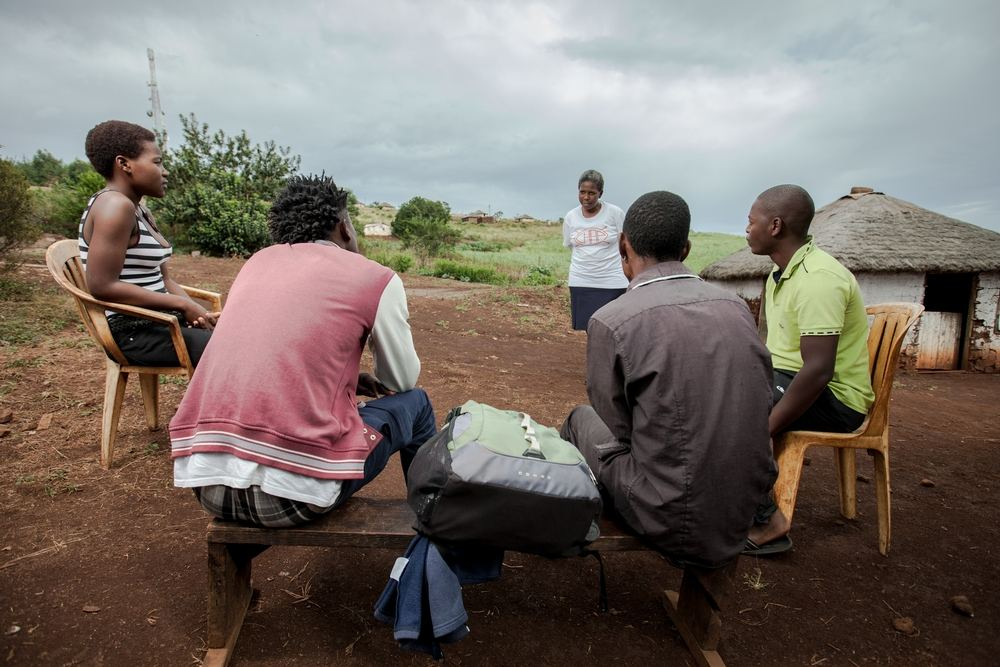 Community Health Agent Babongile Luhlongwane delivers a HIV health talk to residents of a homestead in the rural Entumeni Umlalazi Municipality under Uthungulu District, KwaZulu-Natal, an area which has a high prevalence of HIV. She is one of almost 90 Community Health Agents managed by Medecins Sans Frontieres (MSF) to take testing and counselling the most remote parts of the province. Photographer: Greg Lomas / Médecins Sans Frontières