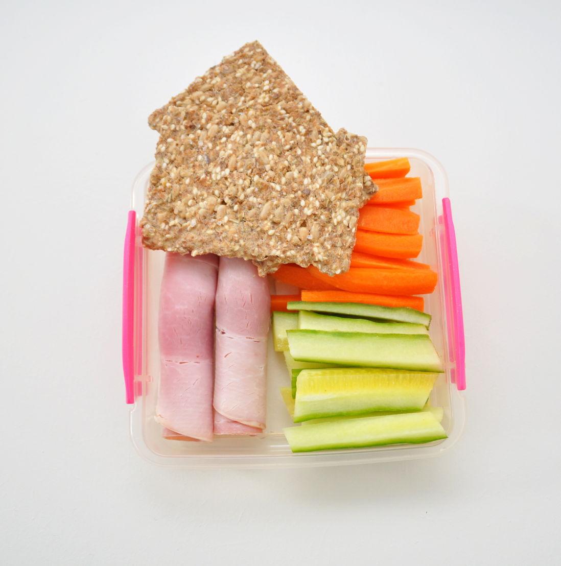 Rouleaux de jambon cuit<br/>Crackers aux graines<br/>Bâtonnets de concombre et carottes