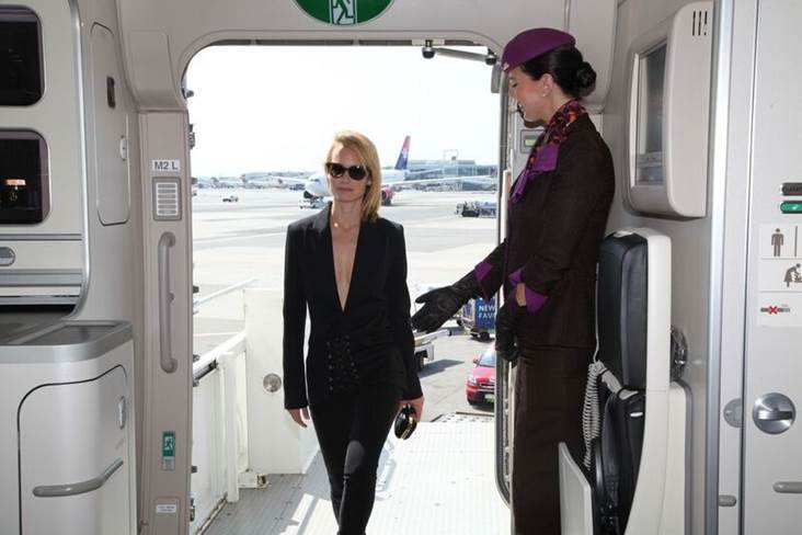 Amber Valletta accueillie par l'équipage à bord de l'A380 aux couleurs de la New York Fashion Week