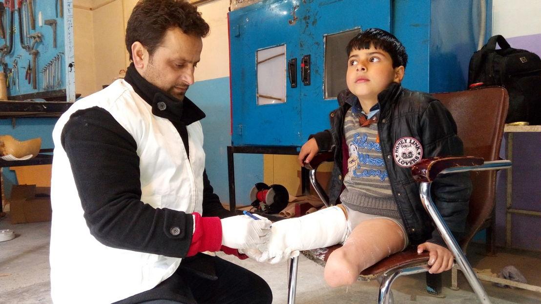 Fayaz a perdu ses deux jambes à cause d&#039;un reste explosif de guerre au Cachemire quand il avait 3 ans. Il a suivi des séances de réadaptation avec Handicap International. Il a reçu deux prothèses et a réappris à marcher.<br/>© M. Ashraf / HI<br/>Fayaz a perdu ses deux jambes à cause d&#039;un reste explosif de guerre au Cachemire quand il avait 3 ans. Il a suivi des séances de réadaptation avec Handicap International. Il a reçu deux prothèses et a réappris à marcher.<br/><br/>Publié le 14 décembre, le rapport 2017 de l'Observatoire des min