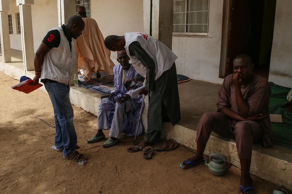 A community elder from Damaturu, Nigeria, talks to MSF staff during the course of a meningitis vaccination campaign. Photographer: Igor Barbero/MSF