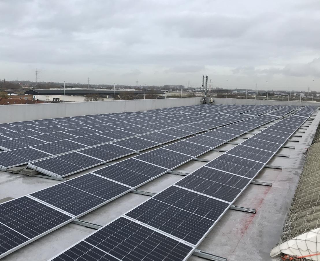 Dak van Isomo Kortrijk bedekt met 2046 zonnepanelen van Insaver, dochterbedrijf van Luminus