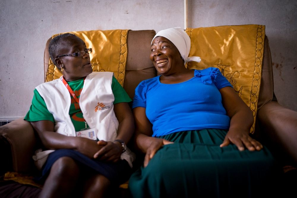 58 year old Magaret talks with MSF Nurse Mentor Sister Tendai.  © Melanie Wenger