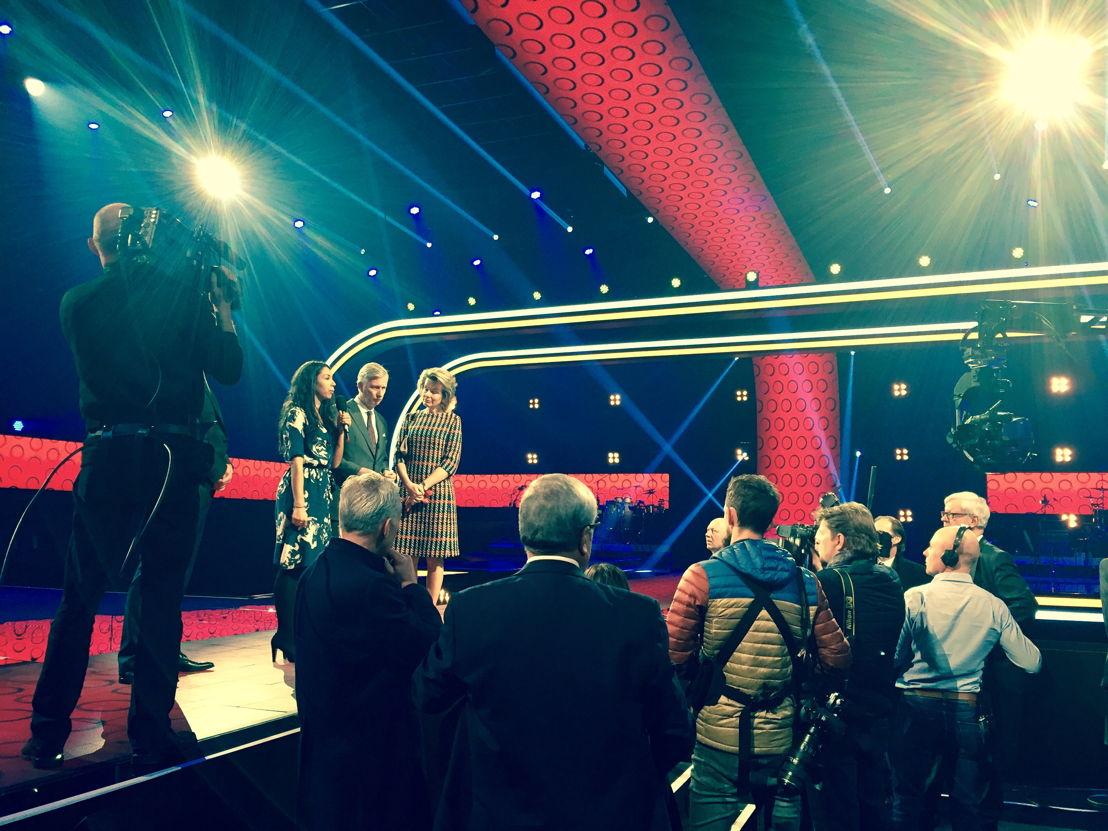 Danira Boukhriss ontvangt de koning en koningin op het podium van Steracteur sterartiest (c) VRT