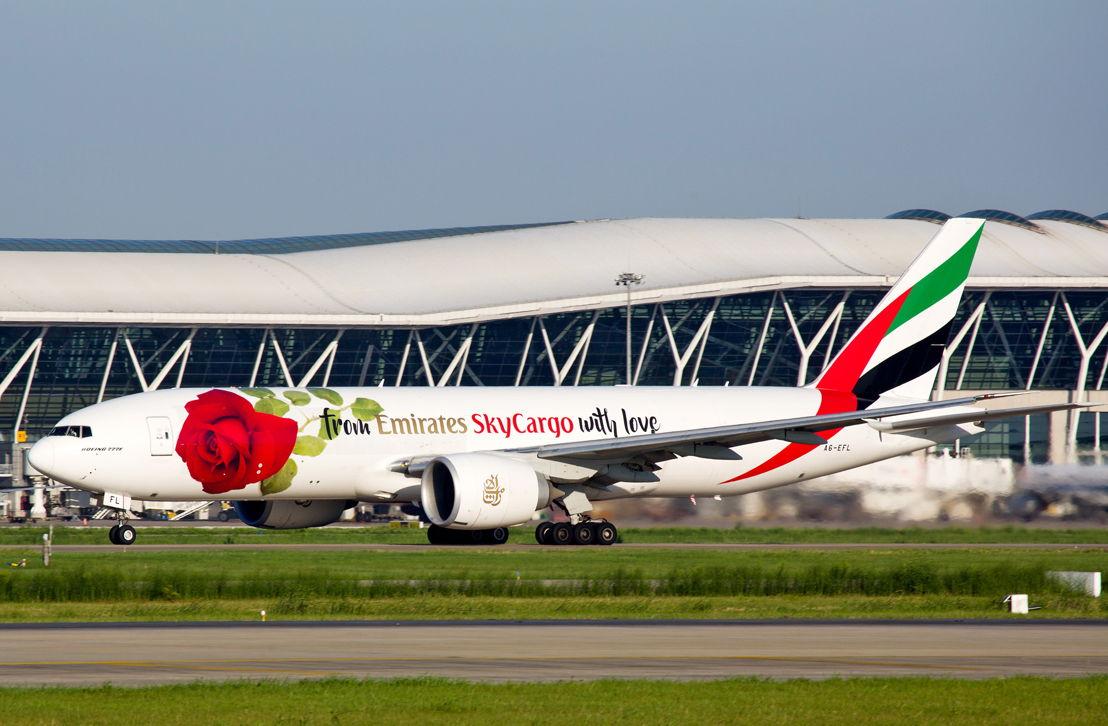 """مطار شانغهاي بودونغ الدولي يستقبل إحدى طائرات """"الإمارات للشحن الجوي"""" المسماة """"روزي"""" في رحلة خاصة إلى شنغهاي احتفالاً بـ""""عيد الحب الصيني"""""""