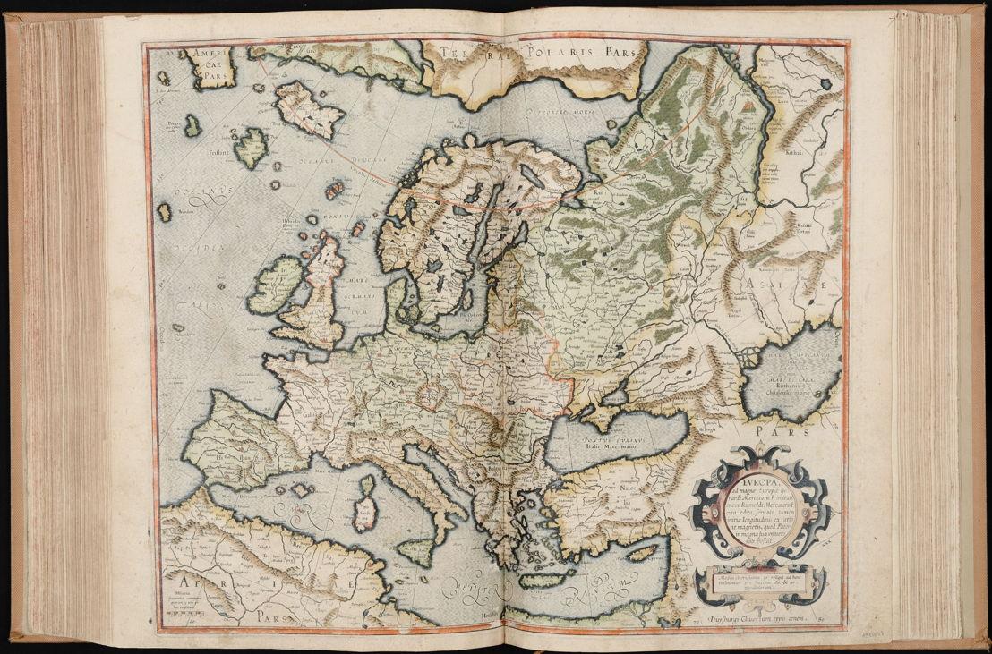 """Atlas van Gerard Mercator<br/>De term """"atlas"""" werd voor het eerst gebruikt in het domein van de cartografie door Gerard Mercator. Van zijn atlas bestaan meerdere edities. De versie die hier tentoongesteld wordt, dateert van 1595 en is dus na zijn dood verschenen. Het is de eerste volledige editie van zijn atlas. Ze omvat een biografie van Mercator, enkele aan hem opgedragen gedichten, zijn traktaat over de schepping van de wereld en 107 kaarten. Dit algemene werk over kosmogonie handelt over de wereld en de vijf continenten en bevat gedetailleerde kaarten van Europa, land voor land en streek per streek. De kaarten werden gedrukt met behulp van koperplaten en werden vervolgens met de hand ingekleurd.<br/>Doorblader de Atlas op http://uurl.kbr.be/1044558"""