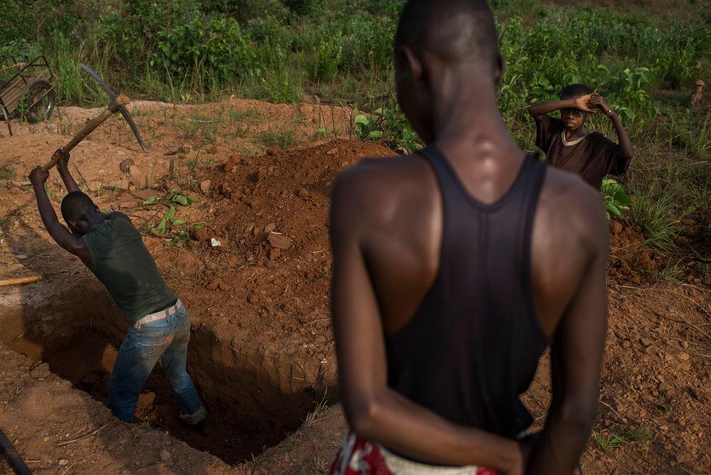 Digging a tomb near the Sangaris IDP camp, Bambari. Photographer: Colin Delfosse/Ouf of Focus