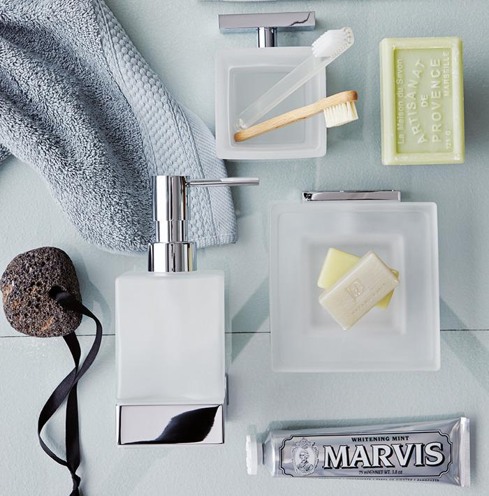 Enrichissez la salle de bains avec des accessoires