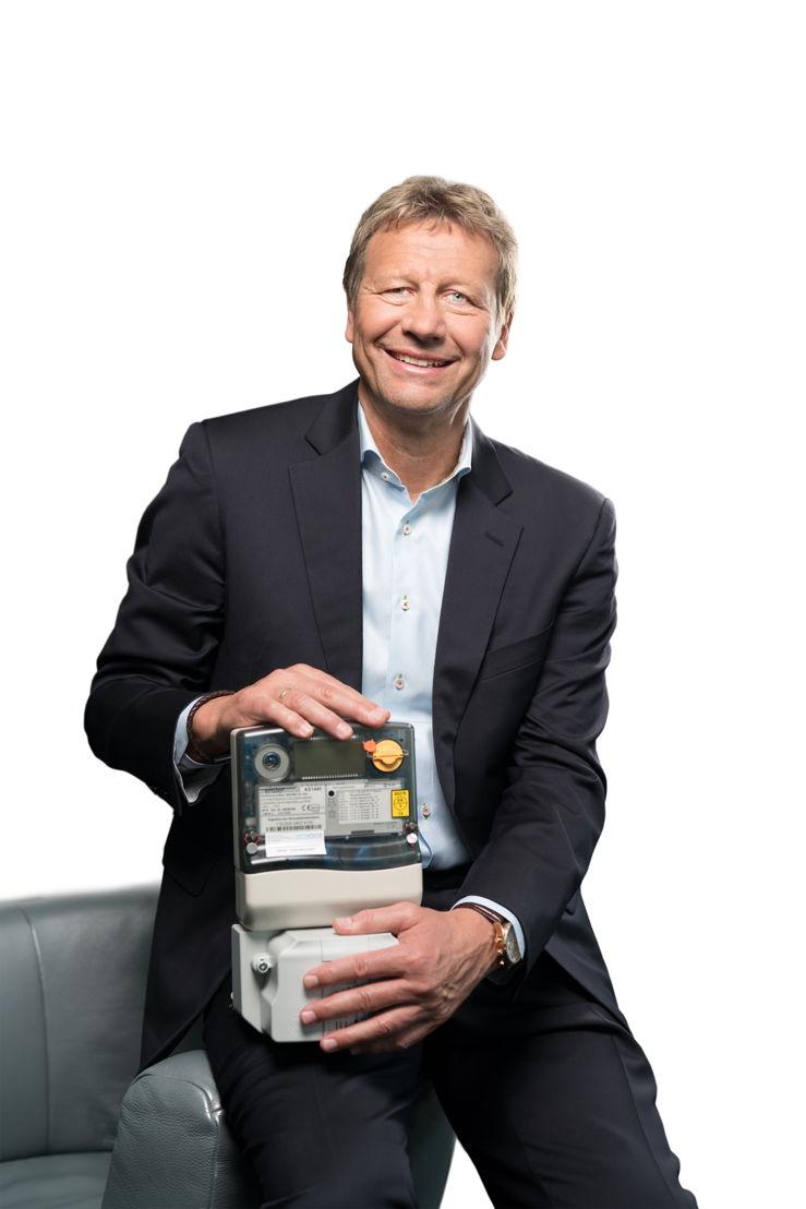 Guido Buchwald, Fußballweltmeister von 1990 - mit dem neuen Stromzähler (Smart-Meter) in der Hand. Guido Buchwald ist Markenbotschafter der e.optimum AG.