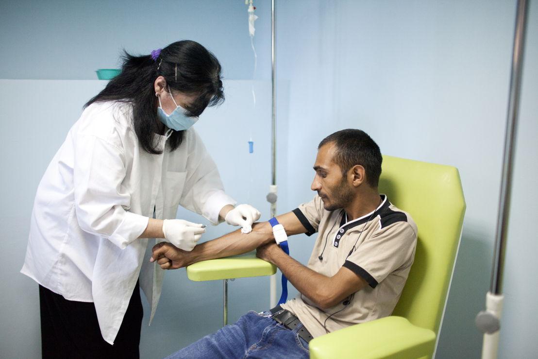 조지아의 수도 트빌리시에서 결핵 치료를 받고 있는 35세 남성 환자. 두 가지 약제에 내성을 보이는 '다제내성(MDR-TB)' 환자로, 하루 2회 아침저녁으로 이미페넴(imipenem) 주사를 맞아야 한다. ©Daro Sulakauri/MSF