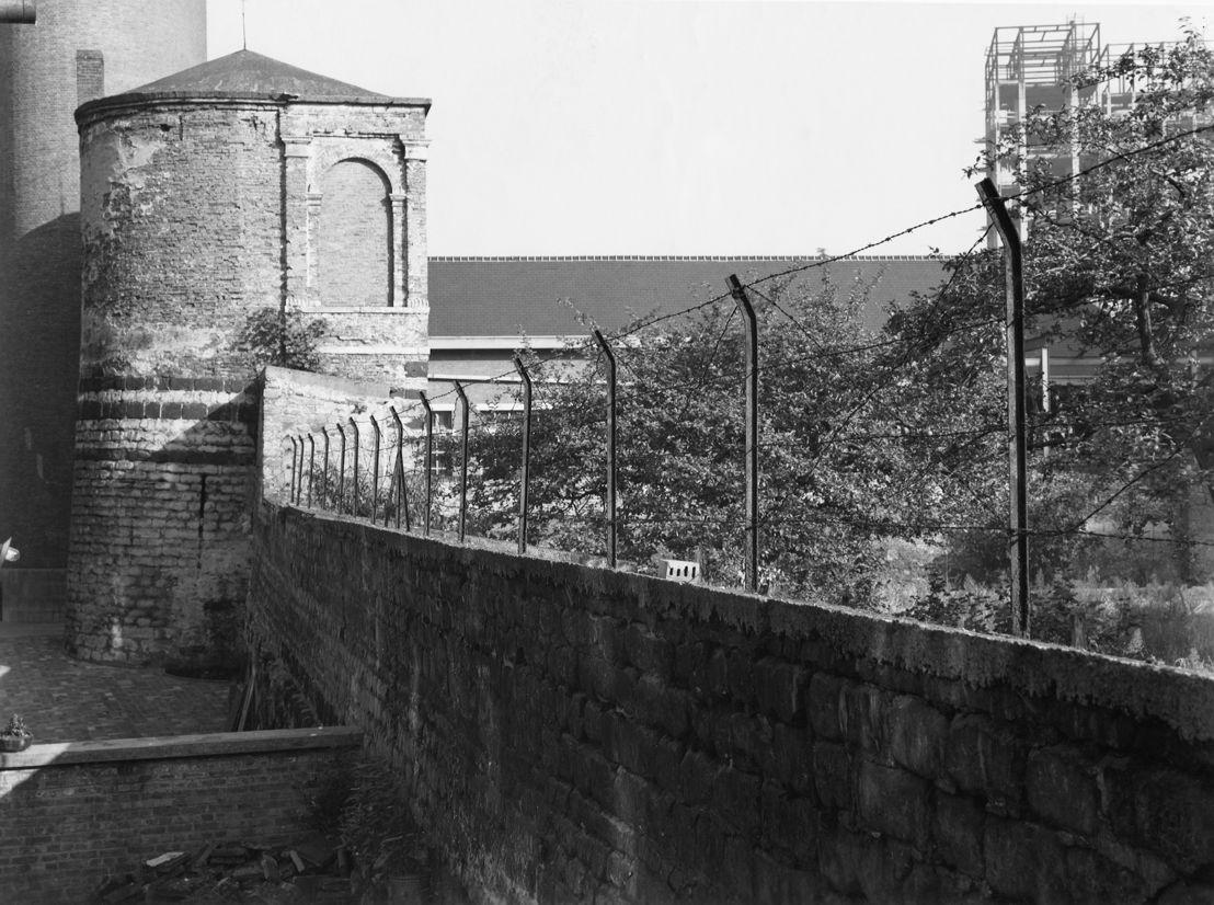 Muur en Minderbroederstoren Sint-Pietershospitaal 1955 / Online database Koninklijk Instituut voor het Kunstpatrimonium